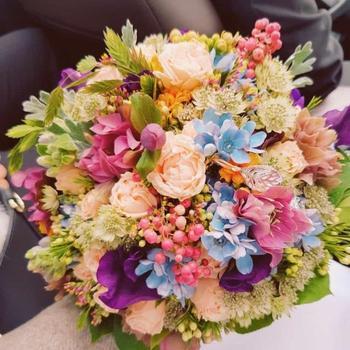 Rundgebundener, filigraner Brautstauß ab 120 Euro