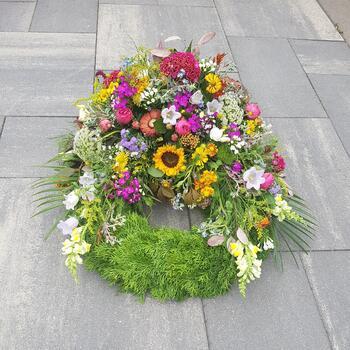 Kranz mit bunter Sommerblumen Dekoration ab 150 Euro